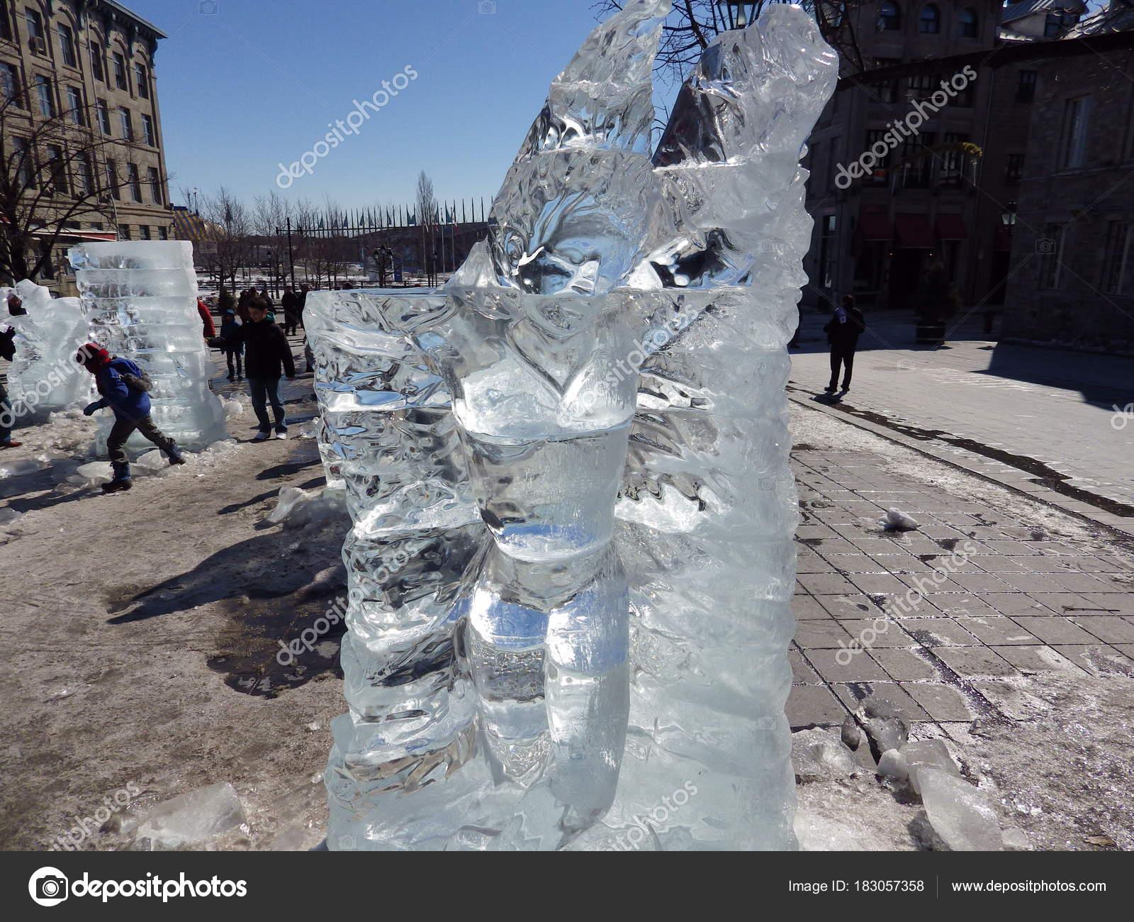 Χειροποίητα σκαλιστά γλυπτά πάγου στους δρόμους του Μόντρεαλ. Αυτά είναι  παραδοσιακό παλιό Μόντρεαλ κατά τη c5a2125b354