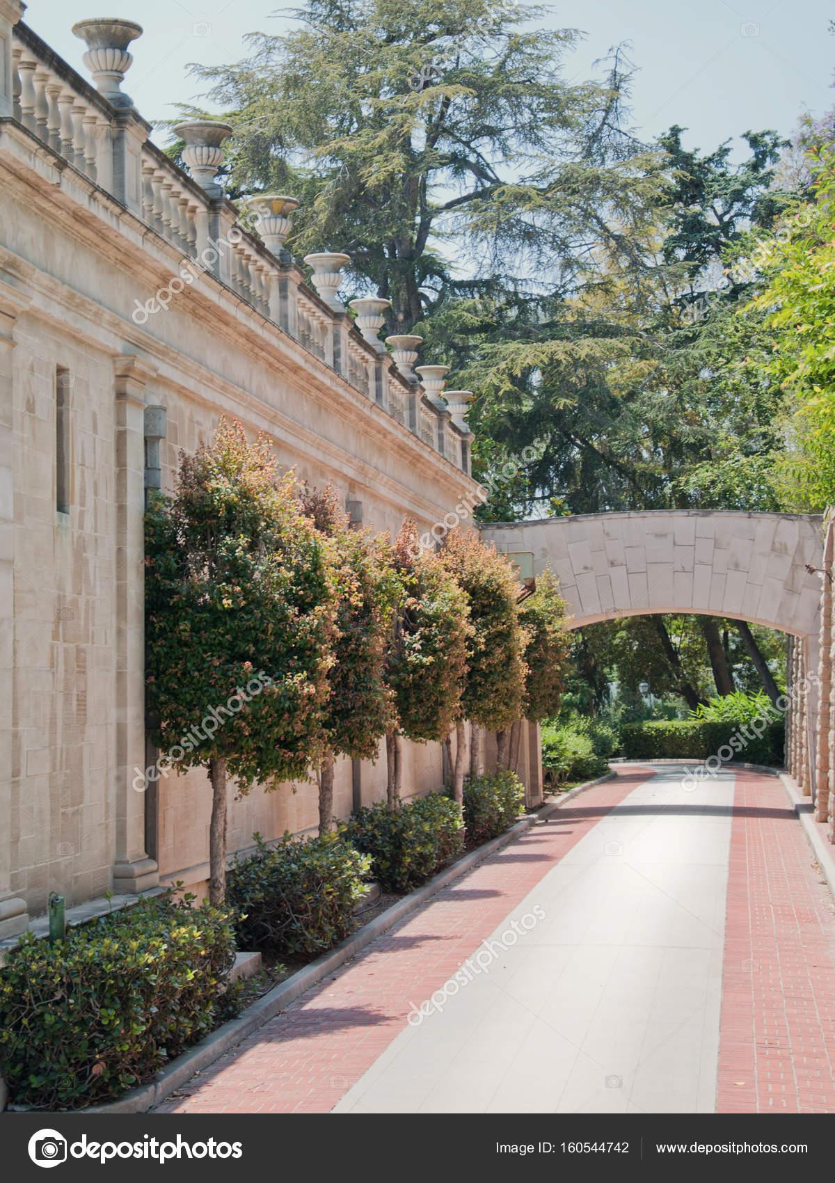 Maison En Pierre Avec Beau Jardin Ensoleille Photographie