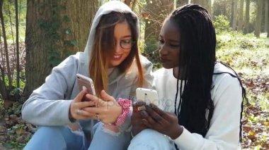 Holky socializaci na telefonech