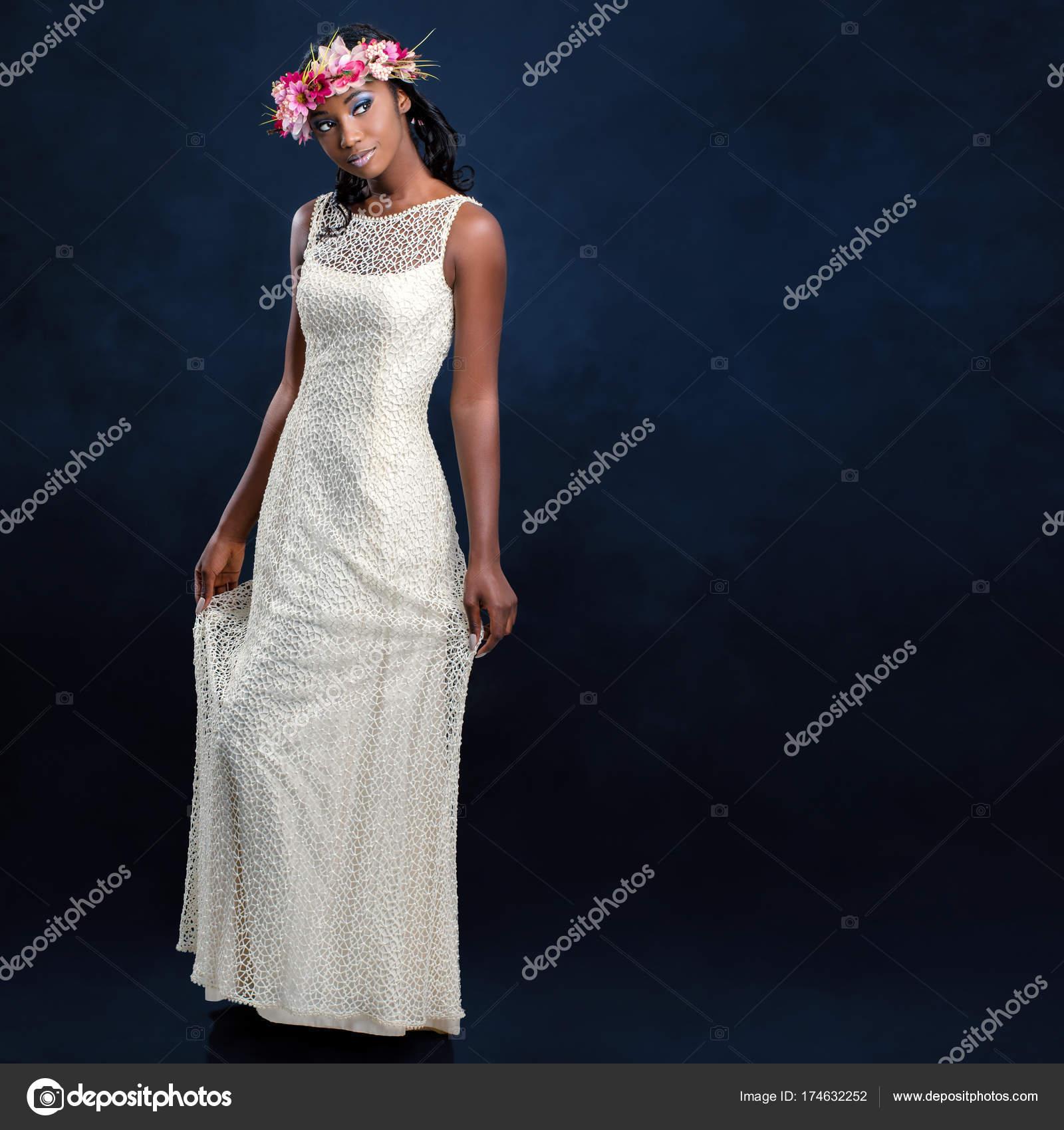 schöne Braut im weißen Hochzeitskleid — Stockfoto © karelnoppe ...