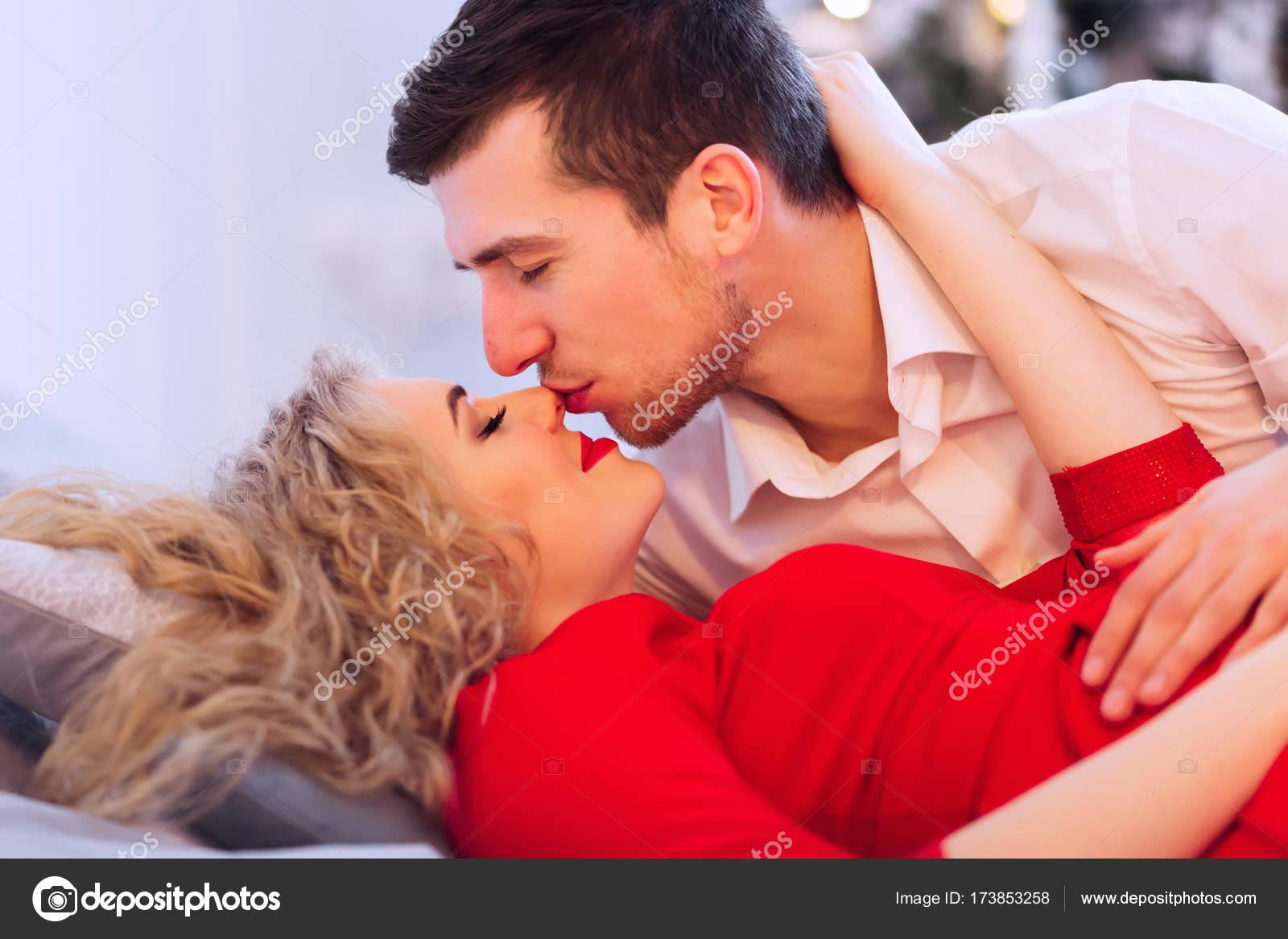 Глубокая глотка, жена нежно целовала подругу и мужа