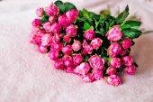 elegantní velké kytice jemných růžových růží růžové deky