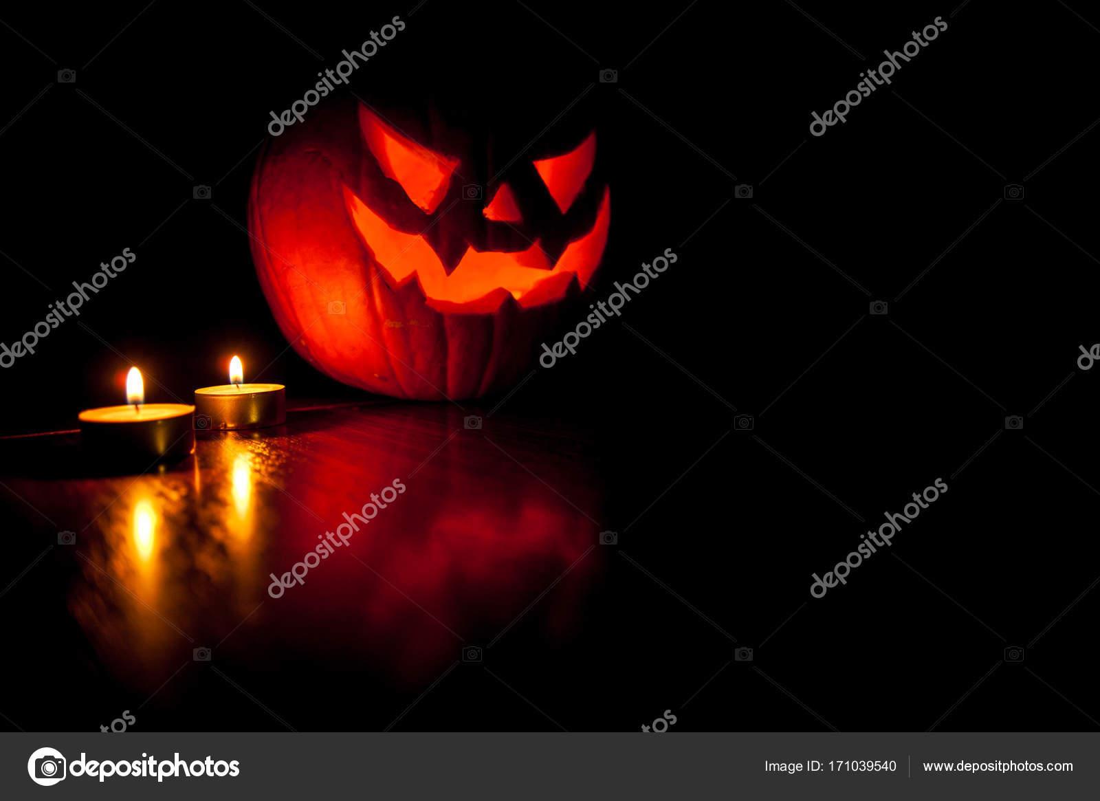 Zucche Di Halloween Terrificanti.Una Zucca Di Halloween Terrificante Illumina Le Tenebre Intorno I