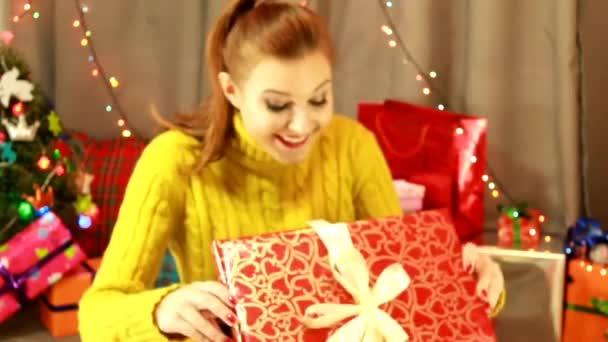 Mladá žena přijata její vánoční