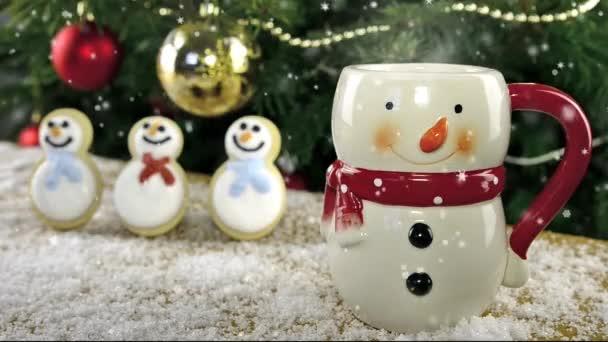 Soubory cookie Sněhuláci na pozadí vánoční stromeček. Efekt videa Snow.