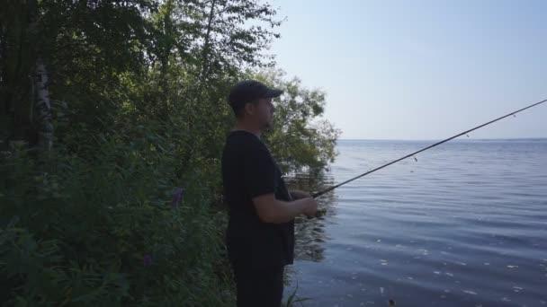 Bank. Halász ember fogások egy hal. Horgászat, spinning reel, a hal, a Breg folyók. -A koncepció egy vidéki kiruccanásra. Cikk a halászati.