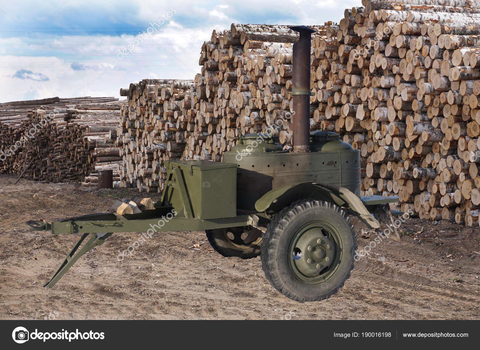 Wojskowa Kuchnia Polowa I Mnóstwo Drewna Opałowego W Tle