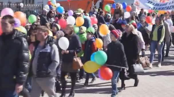 Russland Beresniki 1 Mai 2018-Karneval Parade werden eine große Anzahl von Menschen feiern.