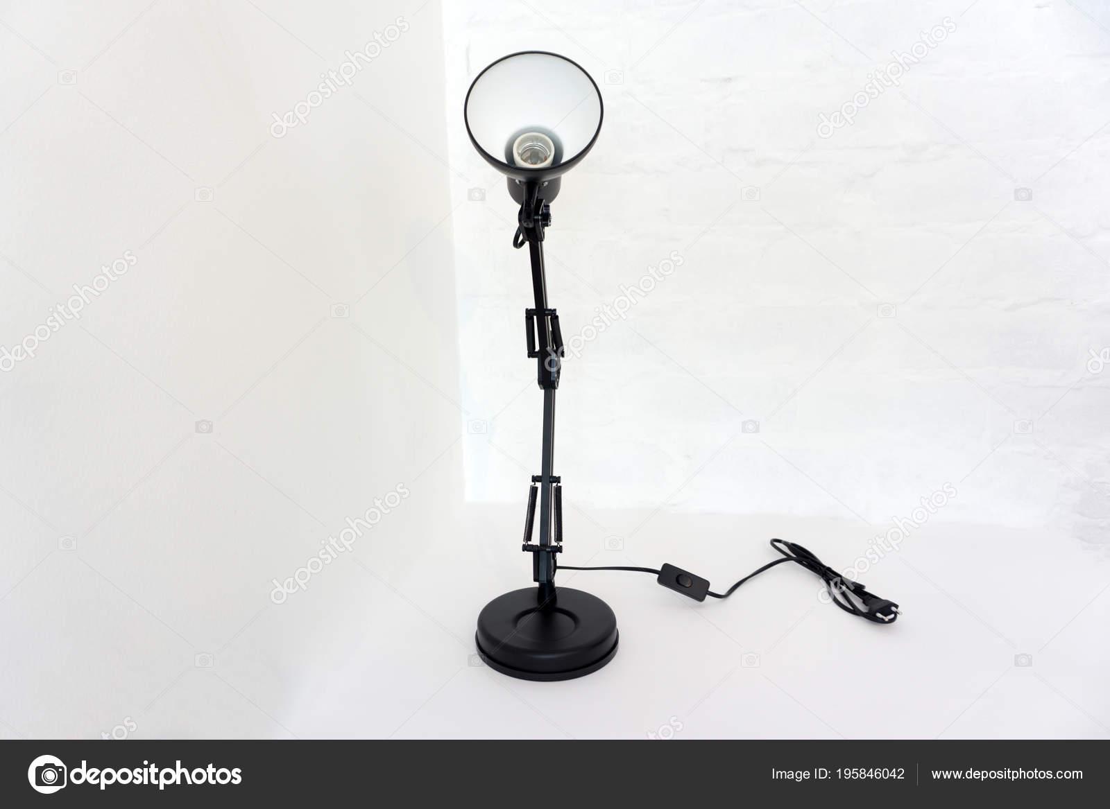 Lampe bureau noir vintage isolé sur blanc u photographie baon