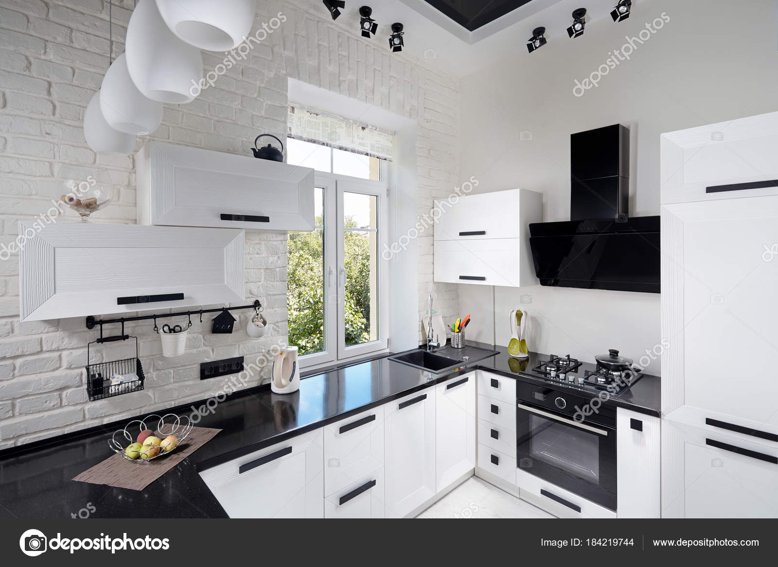 Cucina moderna con facciata rovere chiaro — Foto Stock © R_Yosha ...
