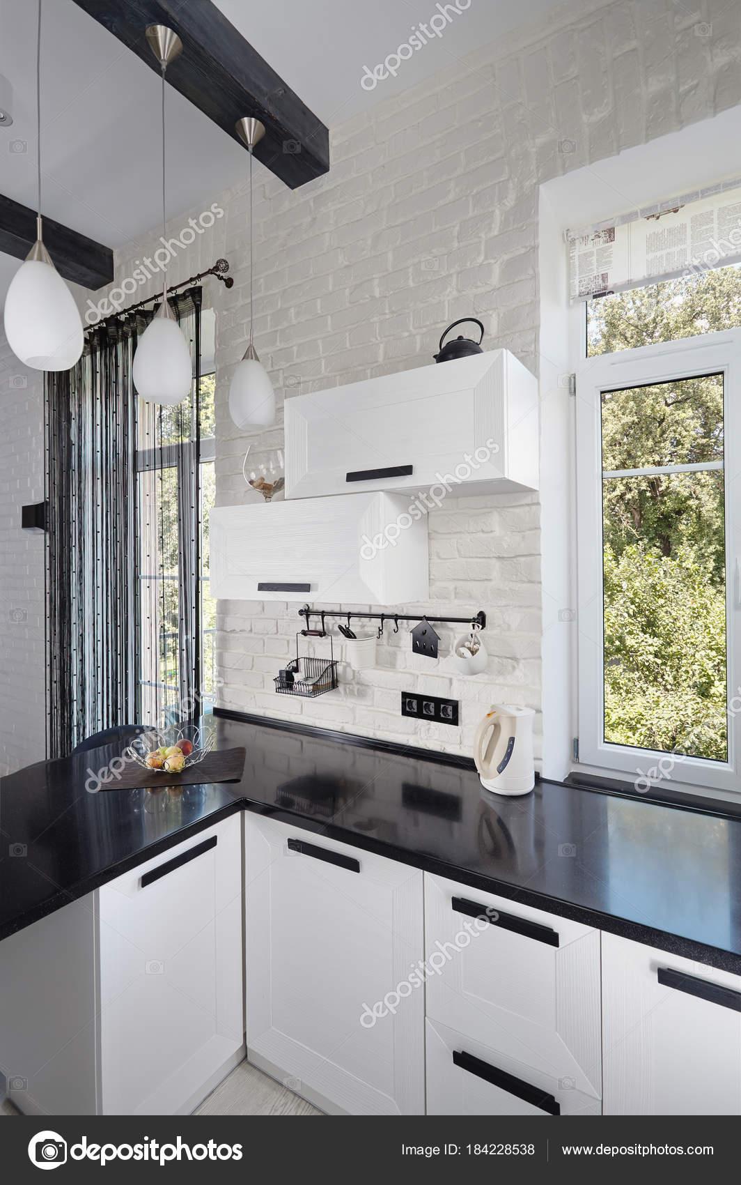 Teil der Küche mit leichten Eiche Fassade und dunkle Arbeitsplatte ...