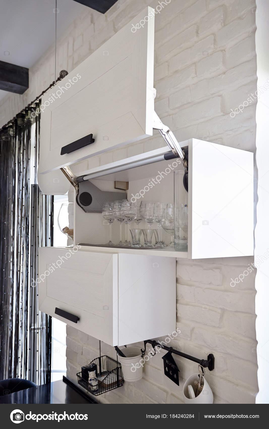 Weißer Küchenschrank mit Weingläser auf Shel komplett zu öffnen ...