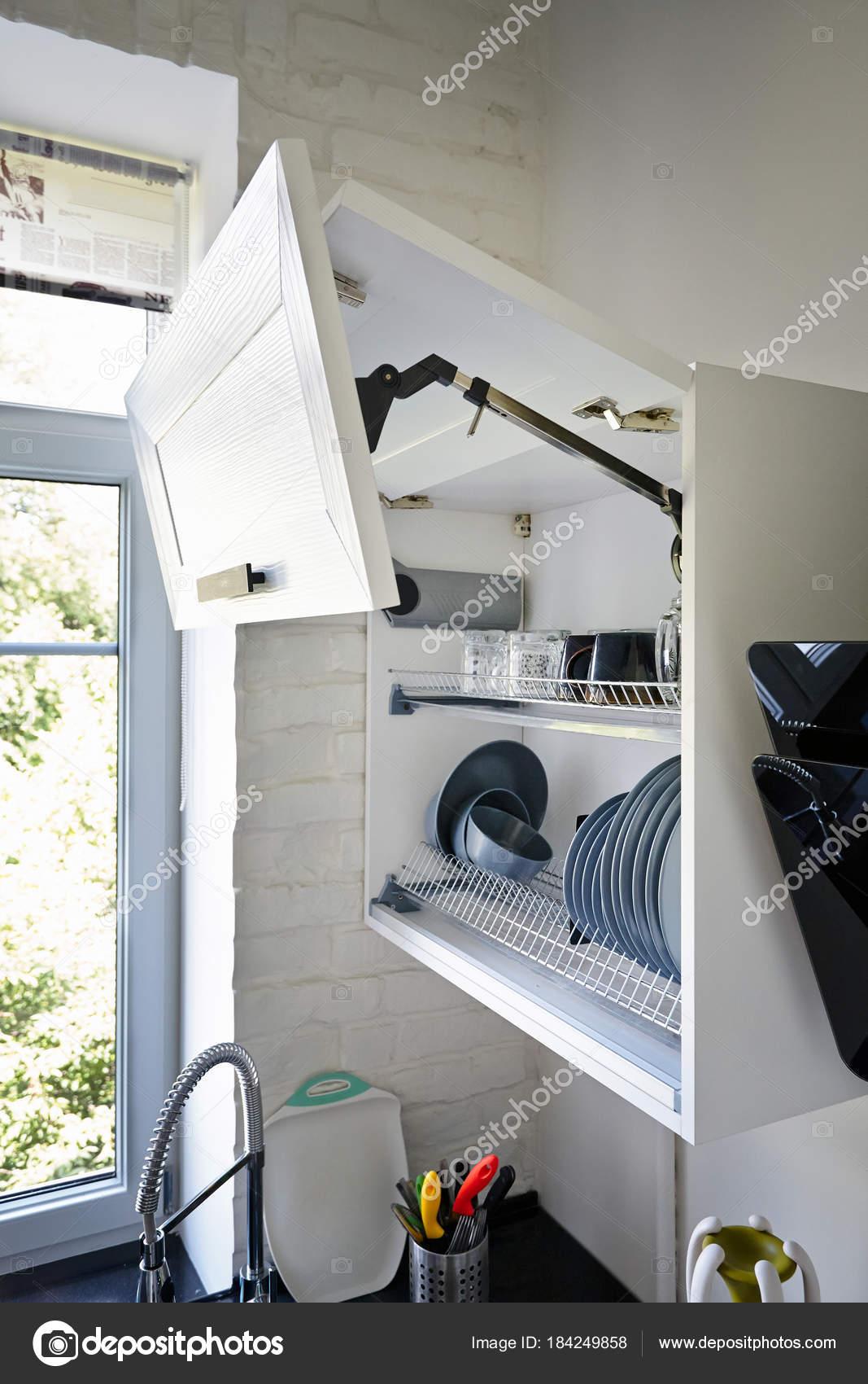 Completamente aperto bianco armadio da cucina con piastre sulla ...
