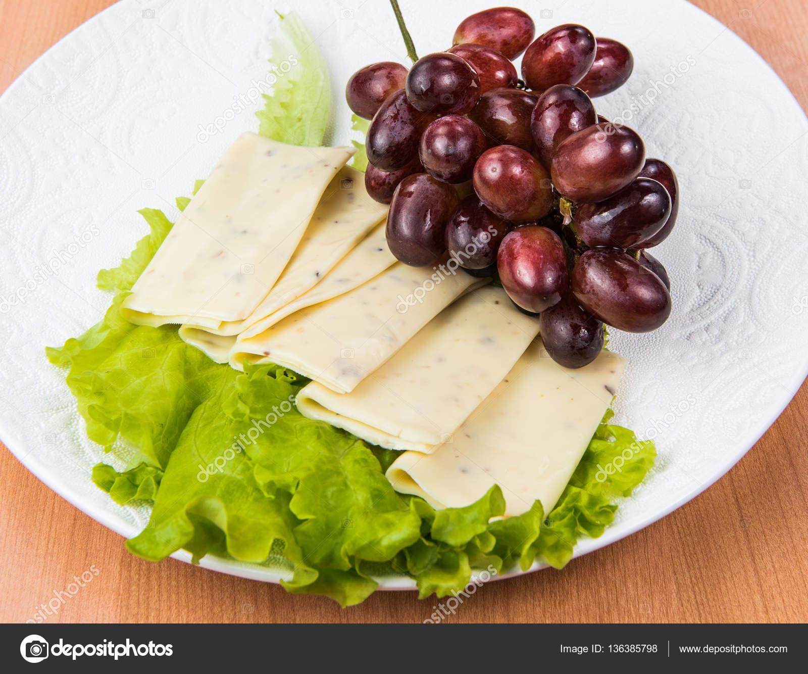 In Scheiben Geschnittenen Käse Salat Und Weintrauben Nussbaum