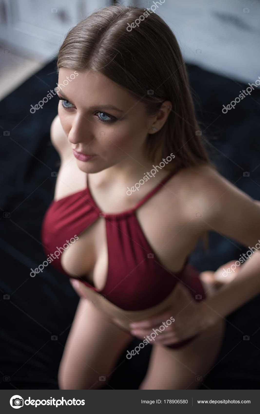 Сексуальный молодая девушка бритой пизде крупным
