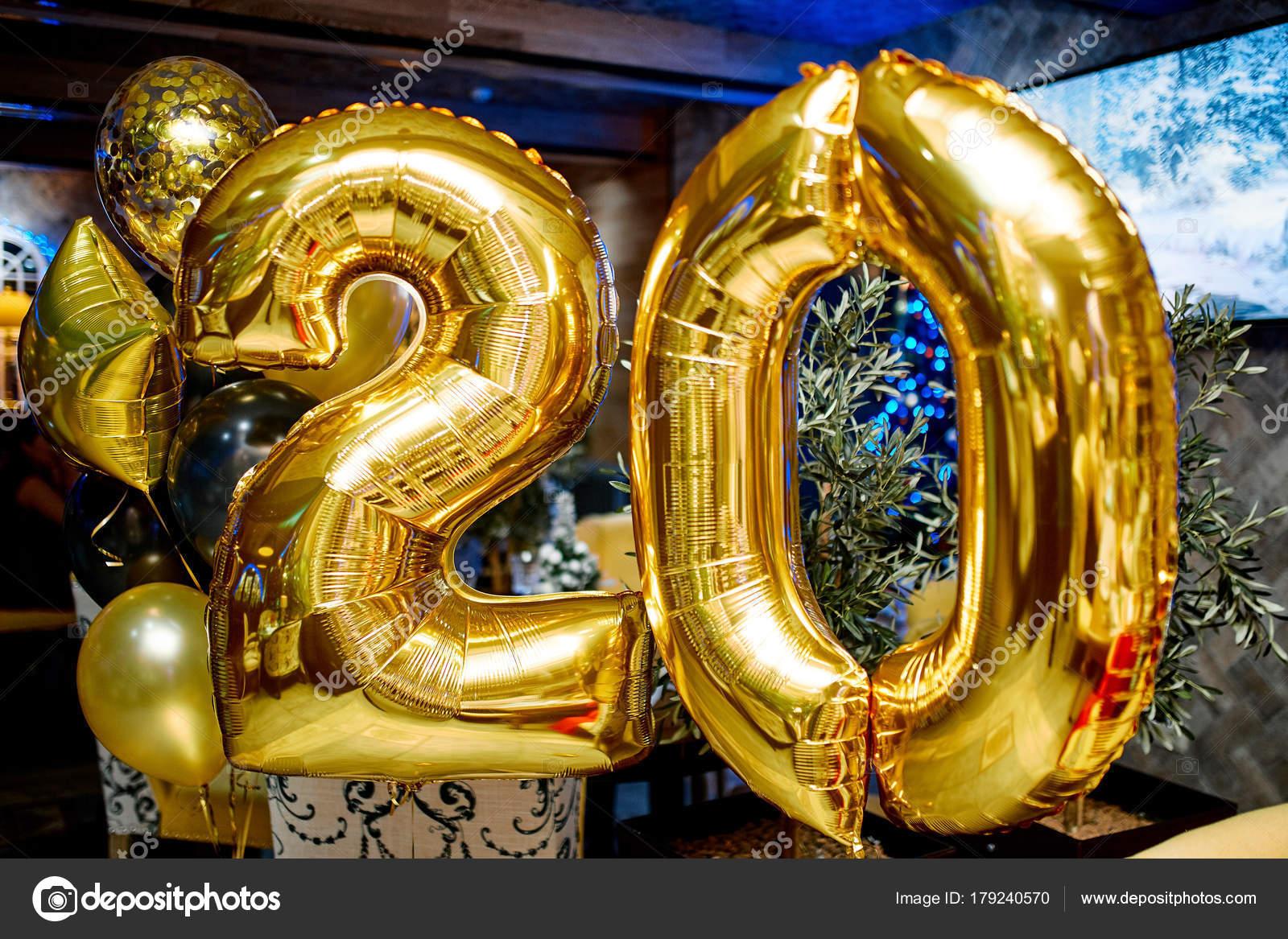 cafacb977a7a Número de bolas de vacaciones 20. Joyas de oro brillante para cumpleaños —  Fotos de