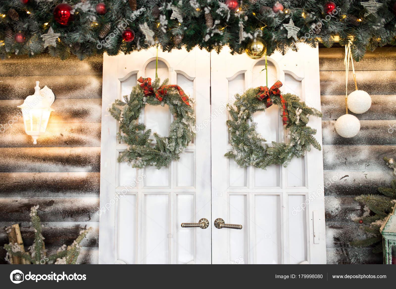 Decorazioni Per Porte Natalizie : Porte di capodanno con ghirlande di natale. decorazioni per un