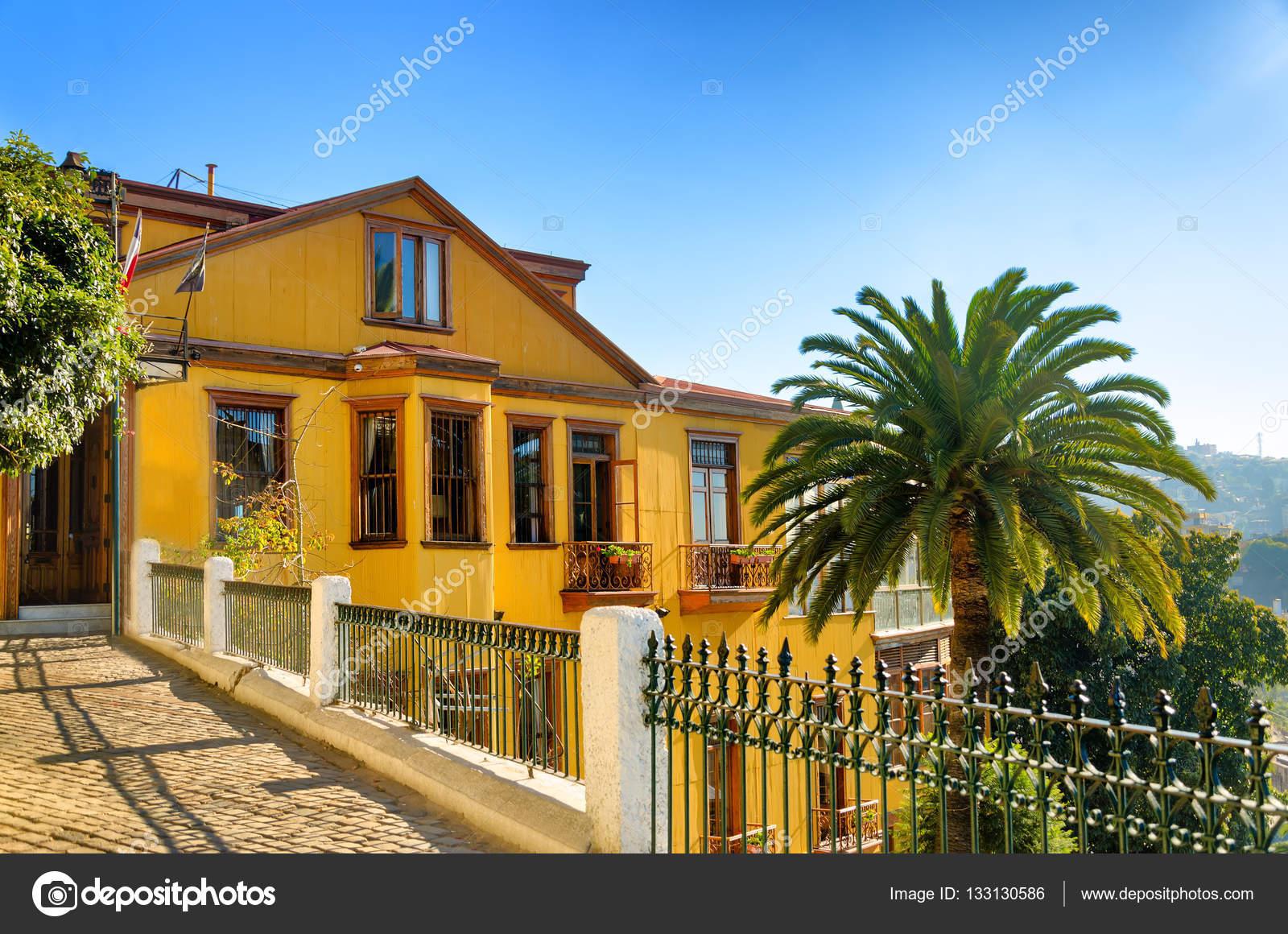 Schönes altes gelbes Haus auf dem Hügel — Stockfoto © jkraft5 #133130586