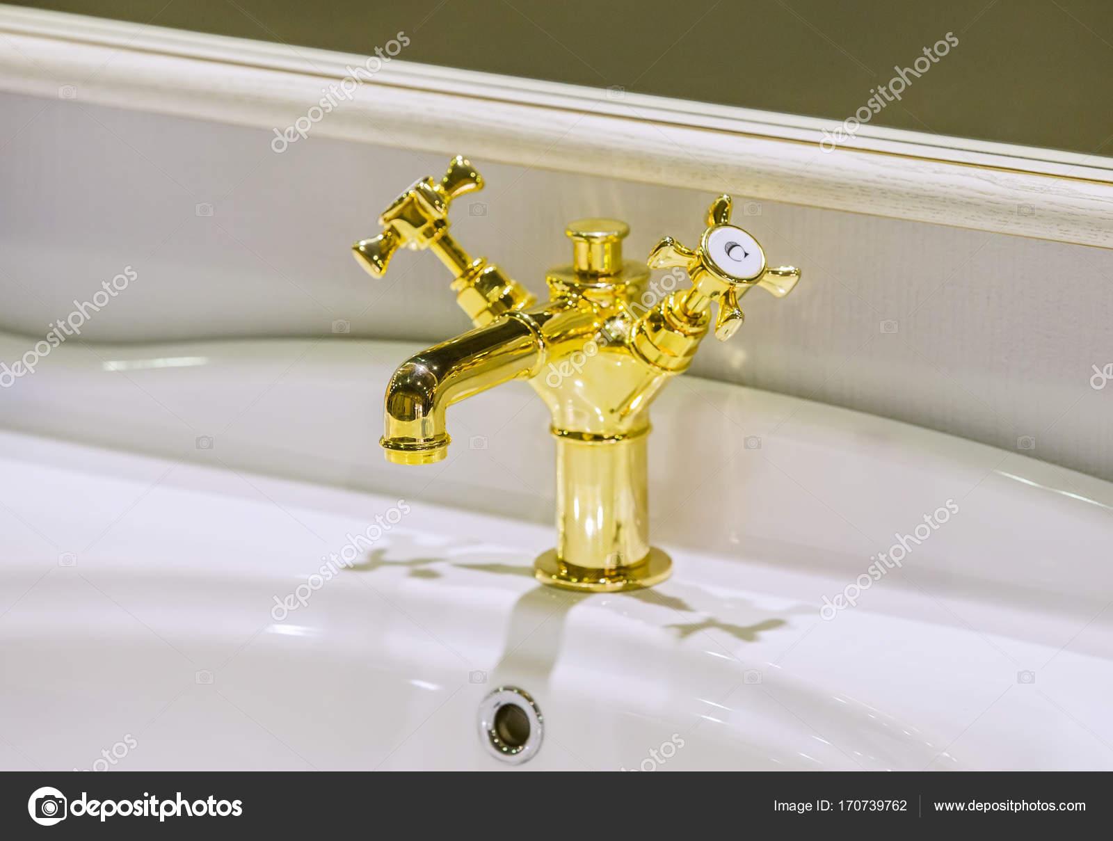 Rich gold Bad Armatur. Moderne Badezimmer Wasserhahn — Stockfoto ...