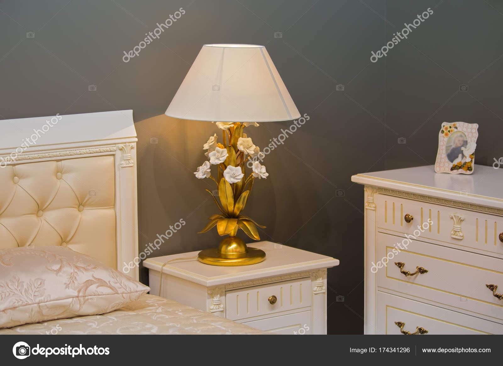 Luxus Konigliche Weisse Schlafzimmer Im Antiken Stil Nachttisch Mit