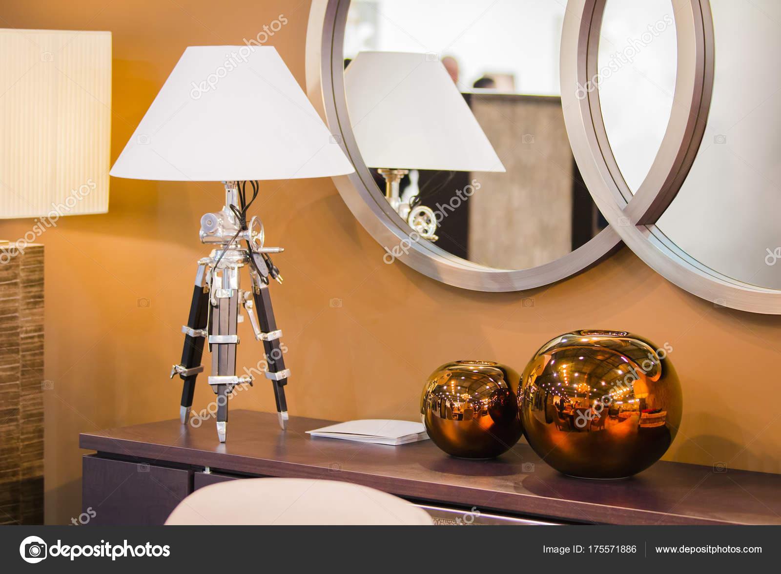 Lampada In Rame Design : Design moderno camera hest di cassetti con una lampada da tavolo