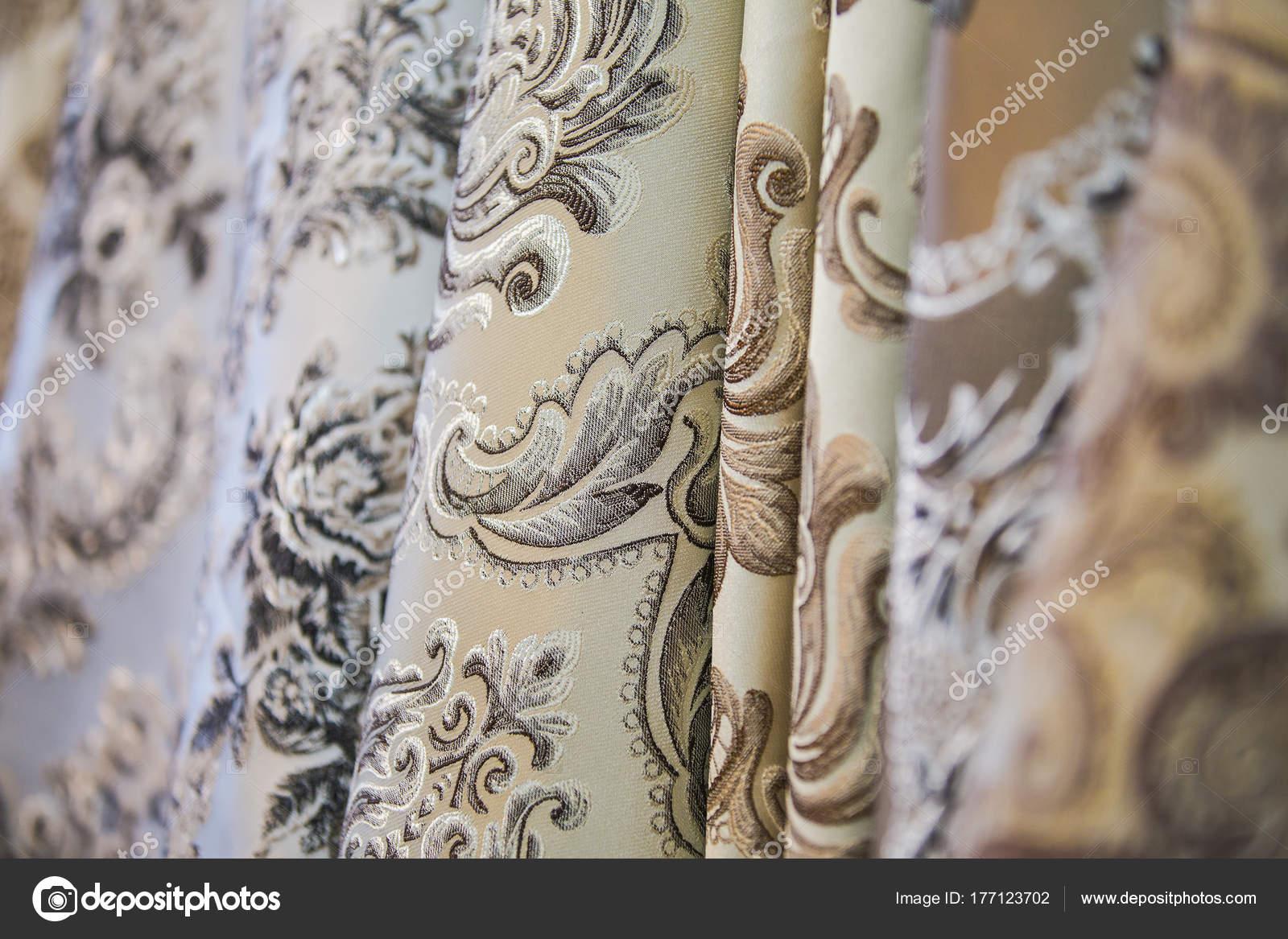 Stof op de gordijnen in de winkel. Dure stoffen met een patroon ...