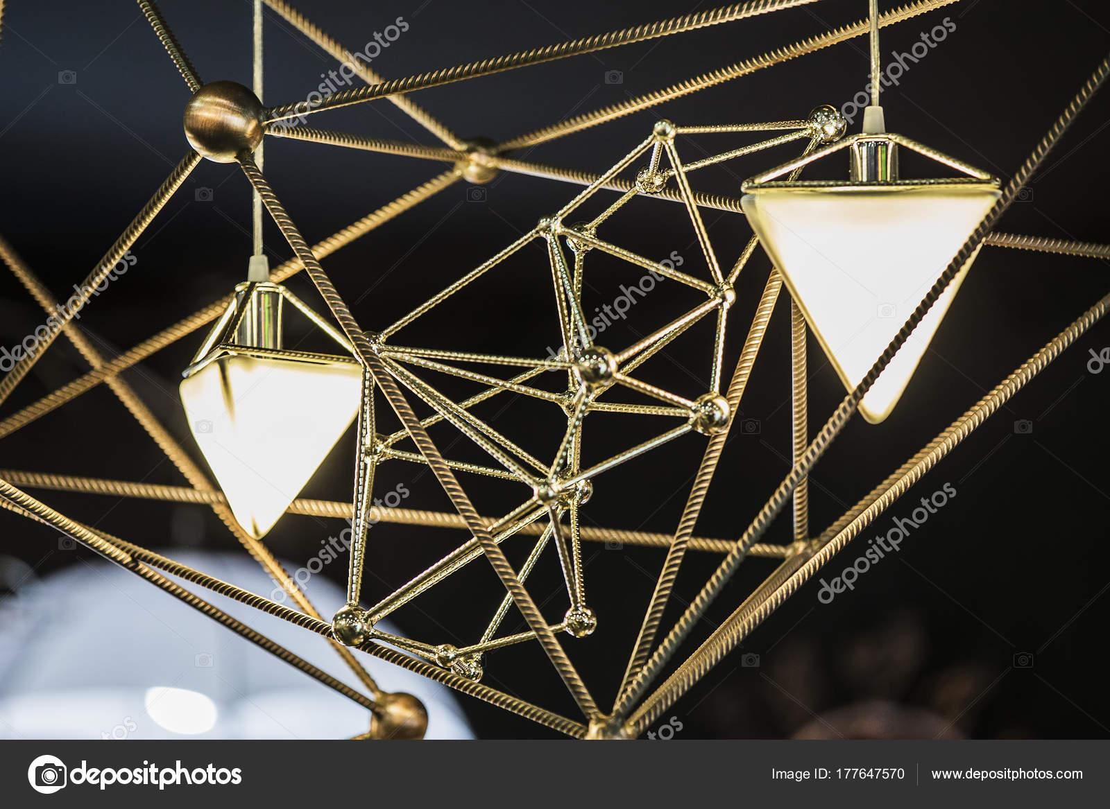 Moderne Kronleuchter Bilder ~ Moderner kronleuchter in form von einem dreieck und metallischen