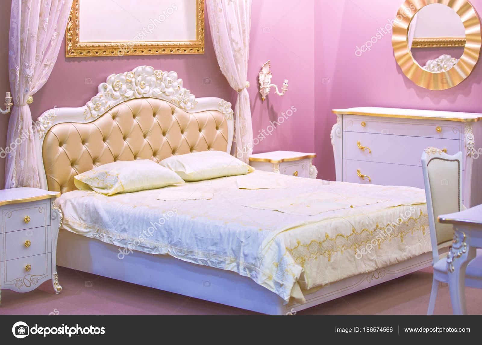 Camera di lusso bianco e rosa in stile antico con ricche decorazioni ...