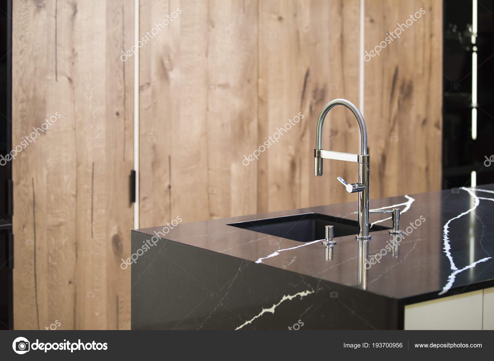 Robinet de cuisine, cuisine moderne de style loft, table de marbre ...