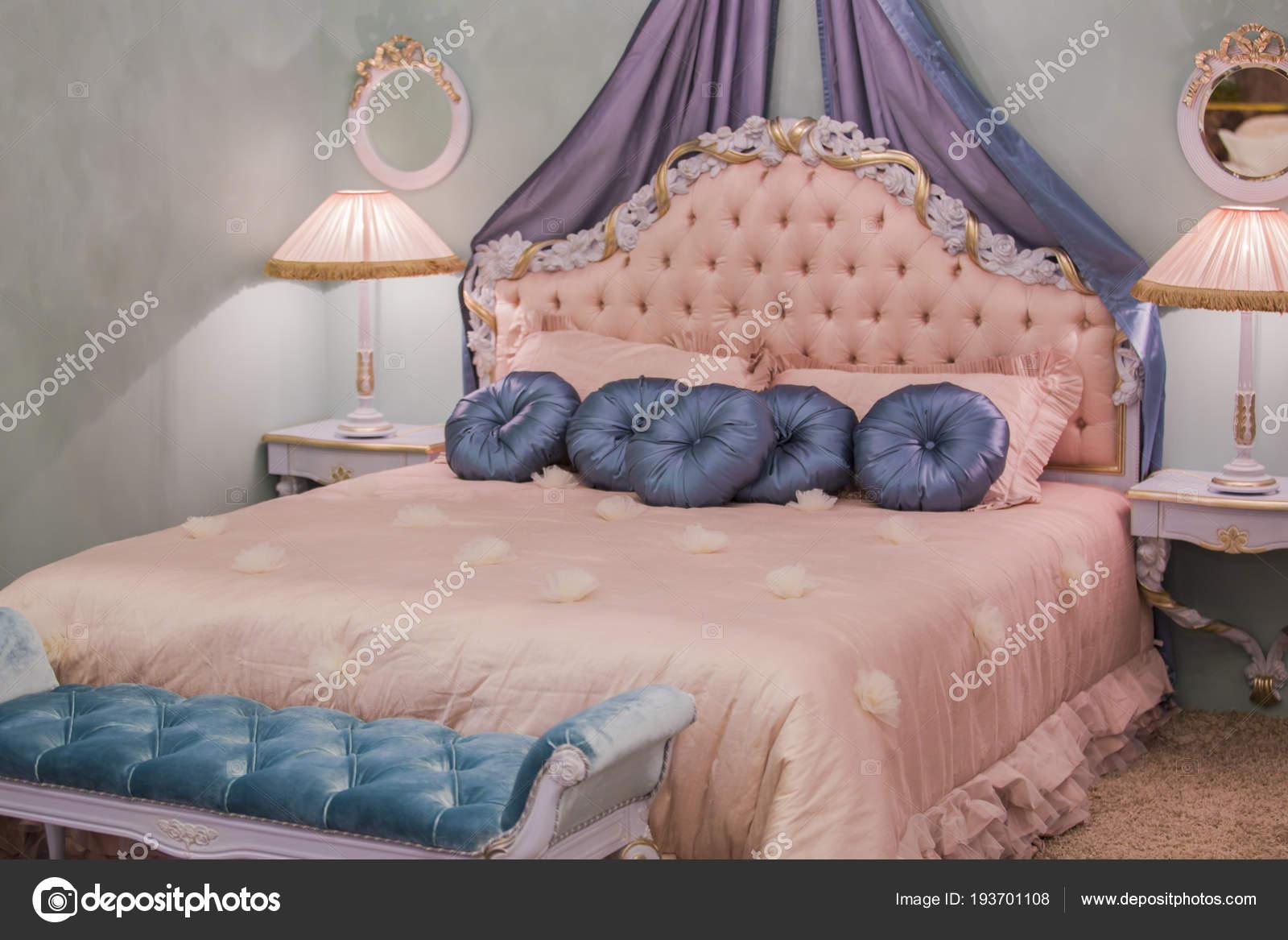 Stanza Da Letto Rosa : Rosa principessa piccola stanza con cuscini di raso lampade da