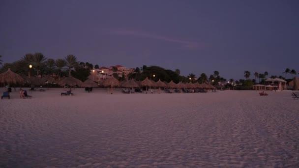 Tramonto stupefacente. Bellissima spiaggia di sabbia dellisola di Aruba. Caraibi
