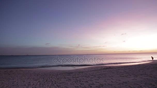 Tramonto viola meraviglioso sullisola di Aruba. Sfondo naturale incredibile