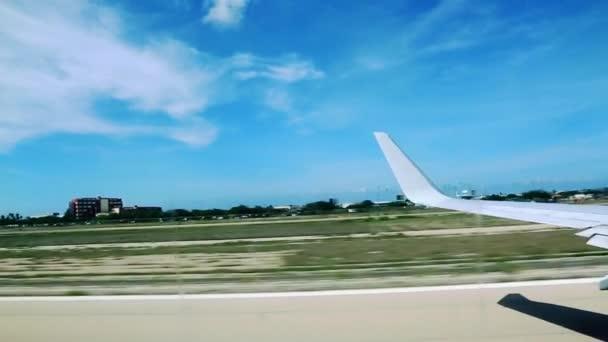 Aerei che decollano. Aruba. Caraibi. Cielo blu e nuvole bianche