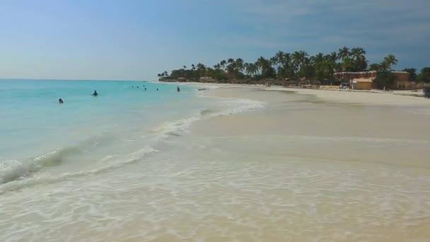 Velké vlny v Karibském moři je rozdělení na pobřeží. Tyrkysové moře voda a modrá obloha. Velké přírodní pozadí.