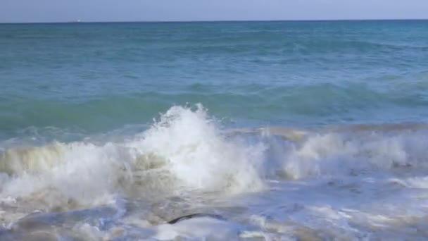 große Welle in der Karibik bricht die Küste. türkisblaues Meerwasser und blauer Himmel. Adlerstrand der Insel Araba. schöne Natur Hintergrund.