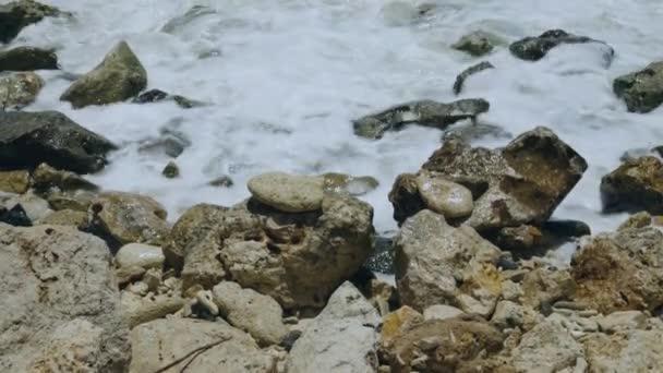 Splendida vista sulle onde turchesi dellOceano Atlantico che si infrangono sulle pietre. Bellissimi sfondi paesaggio natura. Isola di Aruba. Atlanta.