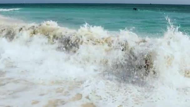 Grande onda nel mare caraibico sta rompendo la costa. Spiaggia di aquila di Aruba Island. Bellissimo sfondo natura.