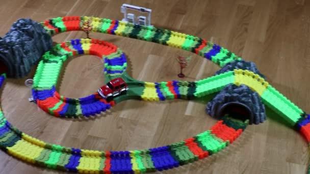 Krásný pohled na barevné závodní dráha auto hračka set. Koncept dětí a hraček. Uppsala. Švédsko. 03.11.2020.