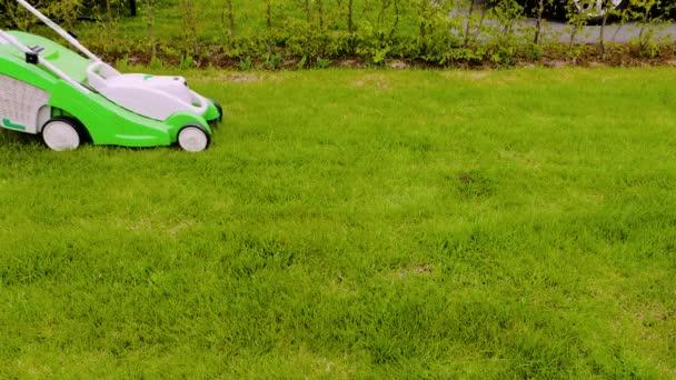 Krásný výhled na samce sekající trávu na trávníku před domem. Zahradní koncept pozadí.
