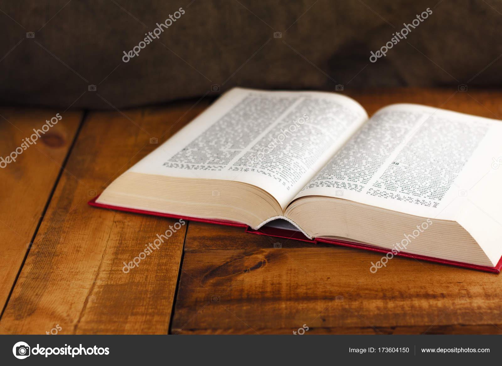 Houten Bureau Gebruikt.Boek Open Oud Wijsheid Bureau Lees Religie Perkament Literatuur
