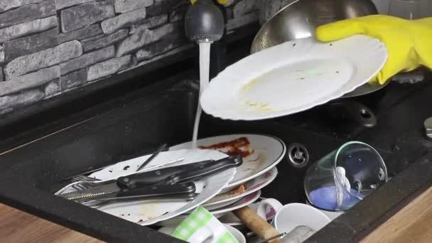 Hausfrau waschen schmutzige Geschirr