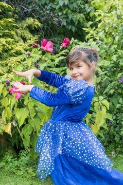 Mavi elbiseleri küçük kız portresi