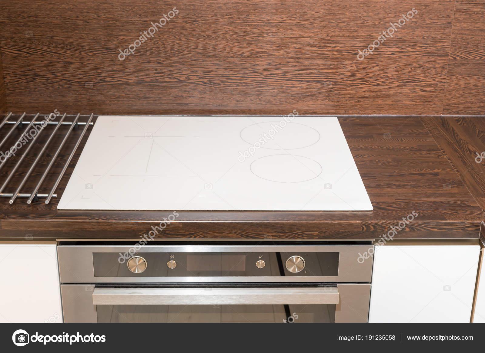 Vorderansicht der Küche mit einem Glas-Keramik-Platte und einem Herd ...