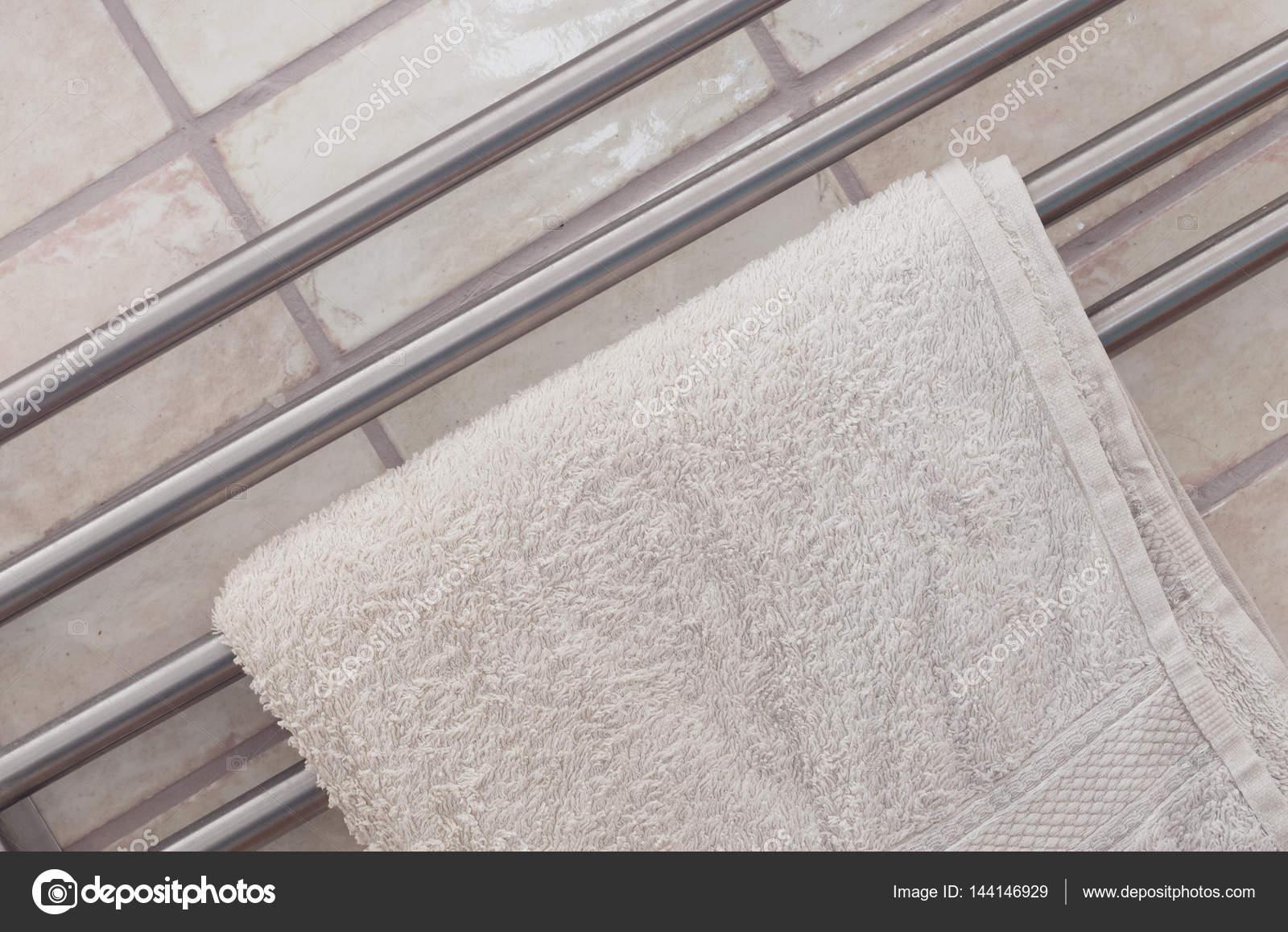 Handdoekenrek in een moderne badkamer — Stockfoto © michaklootwijk ...