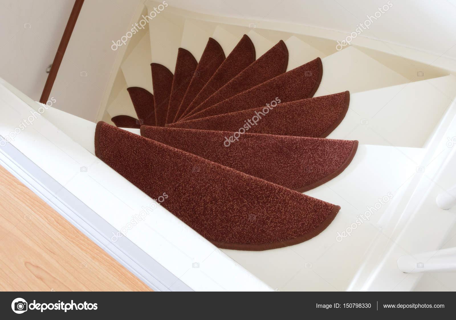 Weiße Holztreppen weiße holztreppen mit roten matten stockfoto michaklootwijk