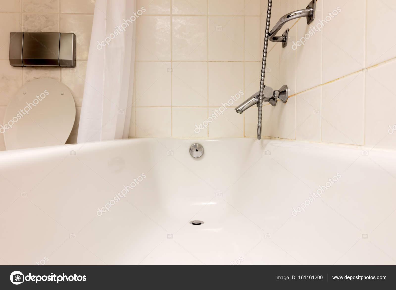 Mooie Betegelde Badkamers : Bad in een betegelde badkamer u stockfoto michaklootwijk