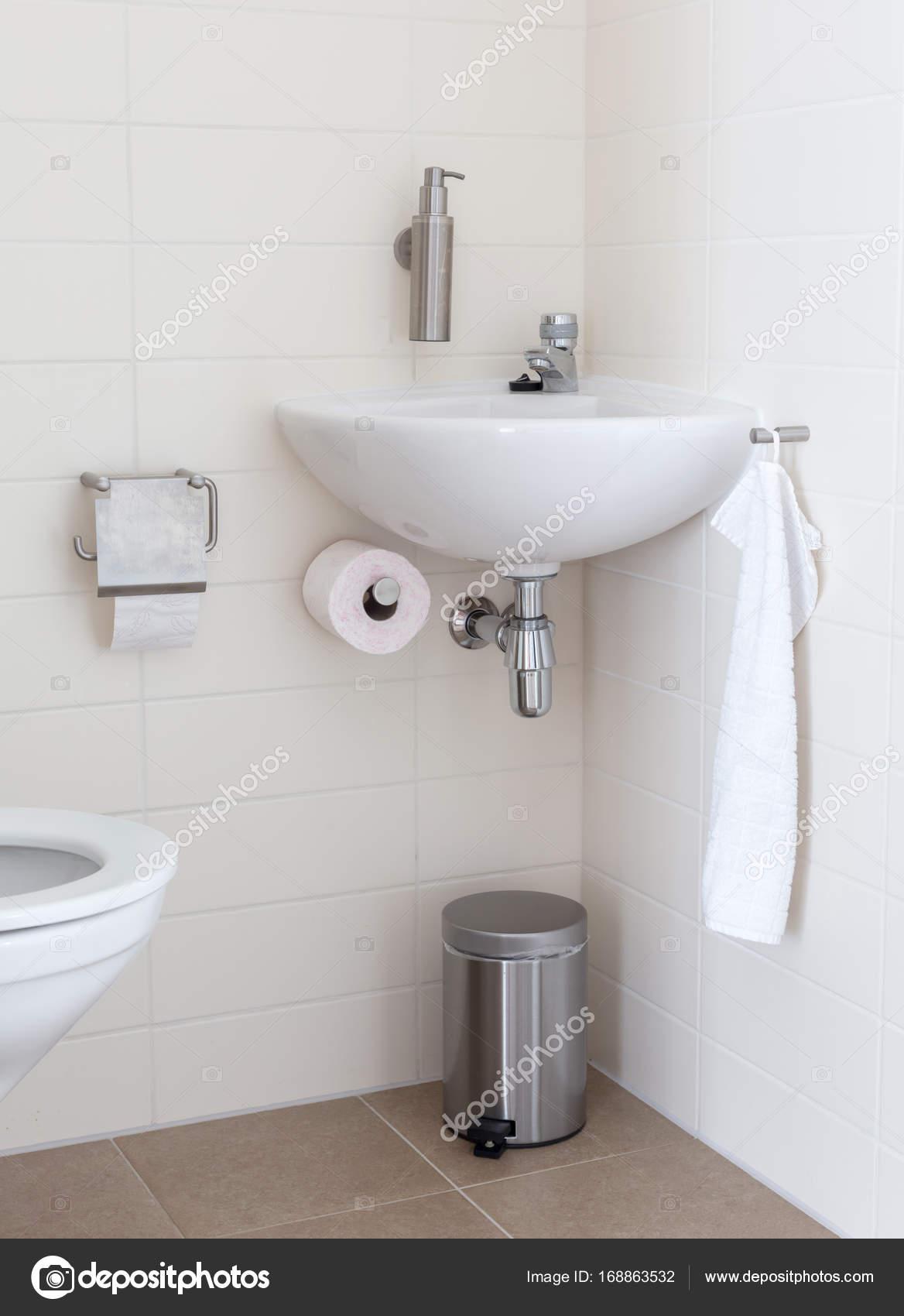 kleine toilette best kleines badezimmer gestalten fliesen ideen und tipps kleine toilette. Black Bedroom Furniture Sets. Home Design Ideas