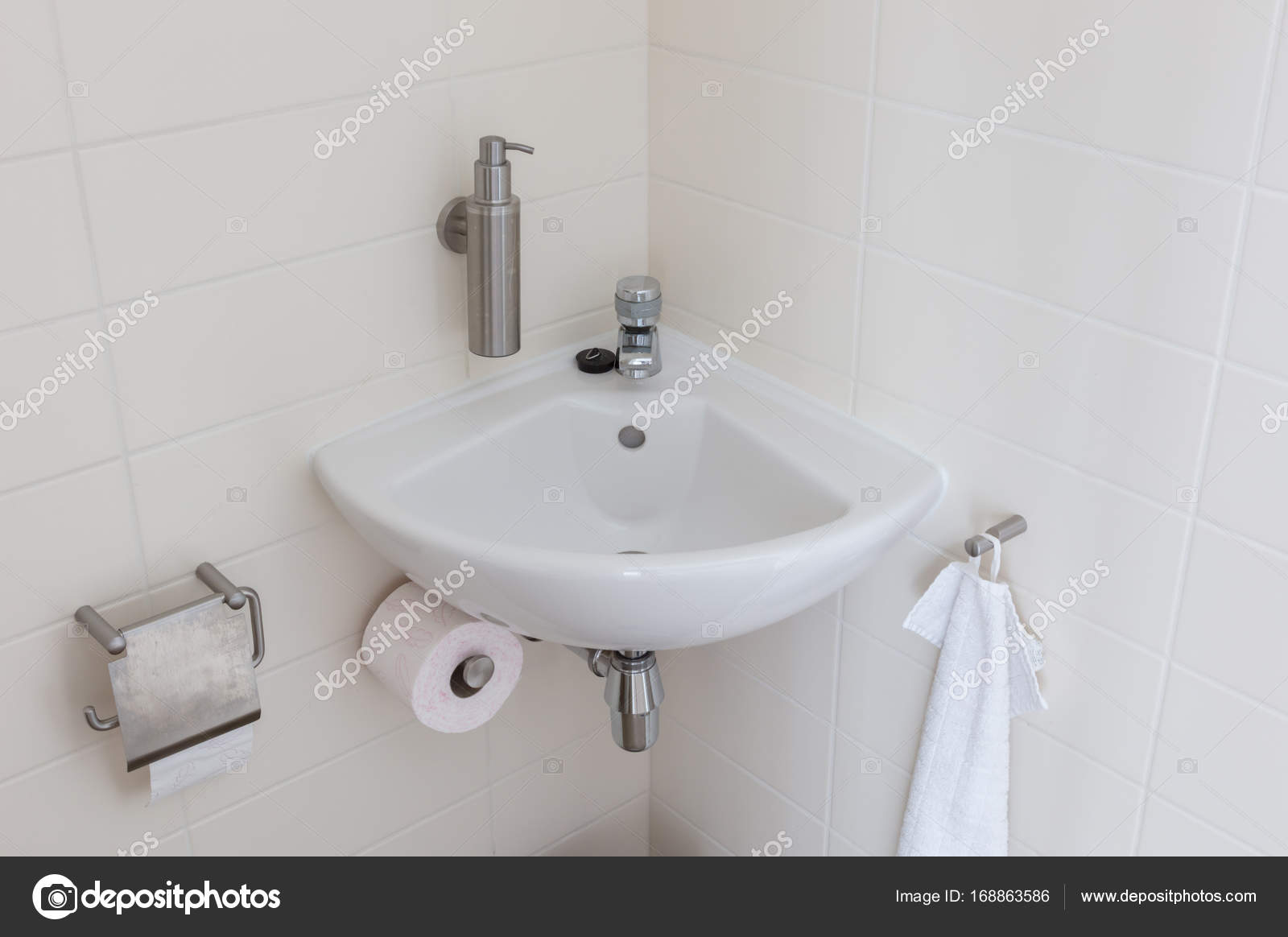 Hydrant en wastafel in een klein toilet u stockfoto