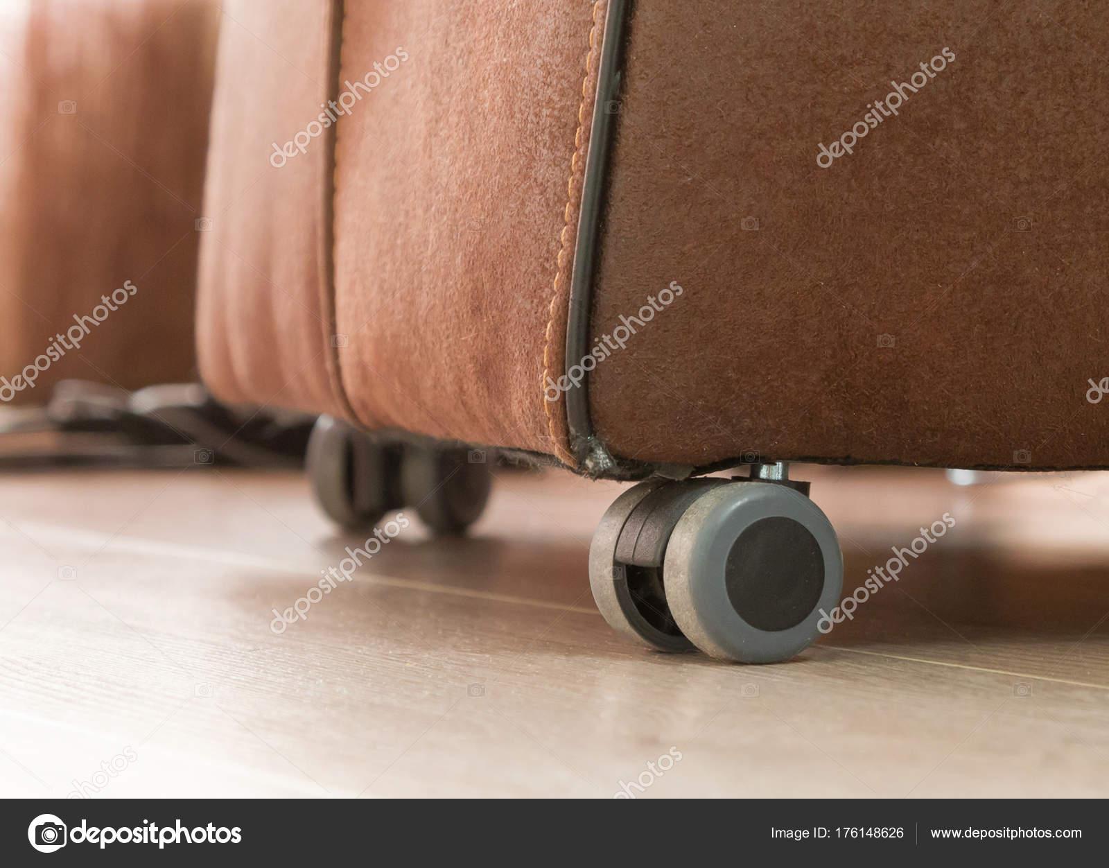 Stoel Met Wielen : Lederen eetkamer stoel met wielen vies en gebruikte u2014 stockfoto