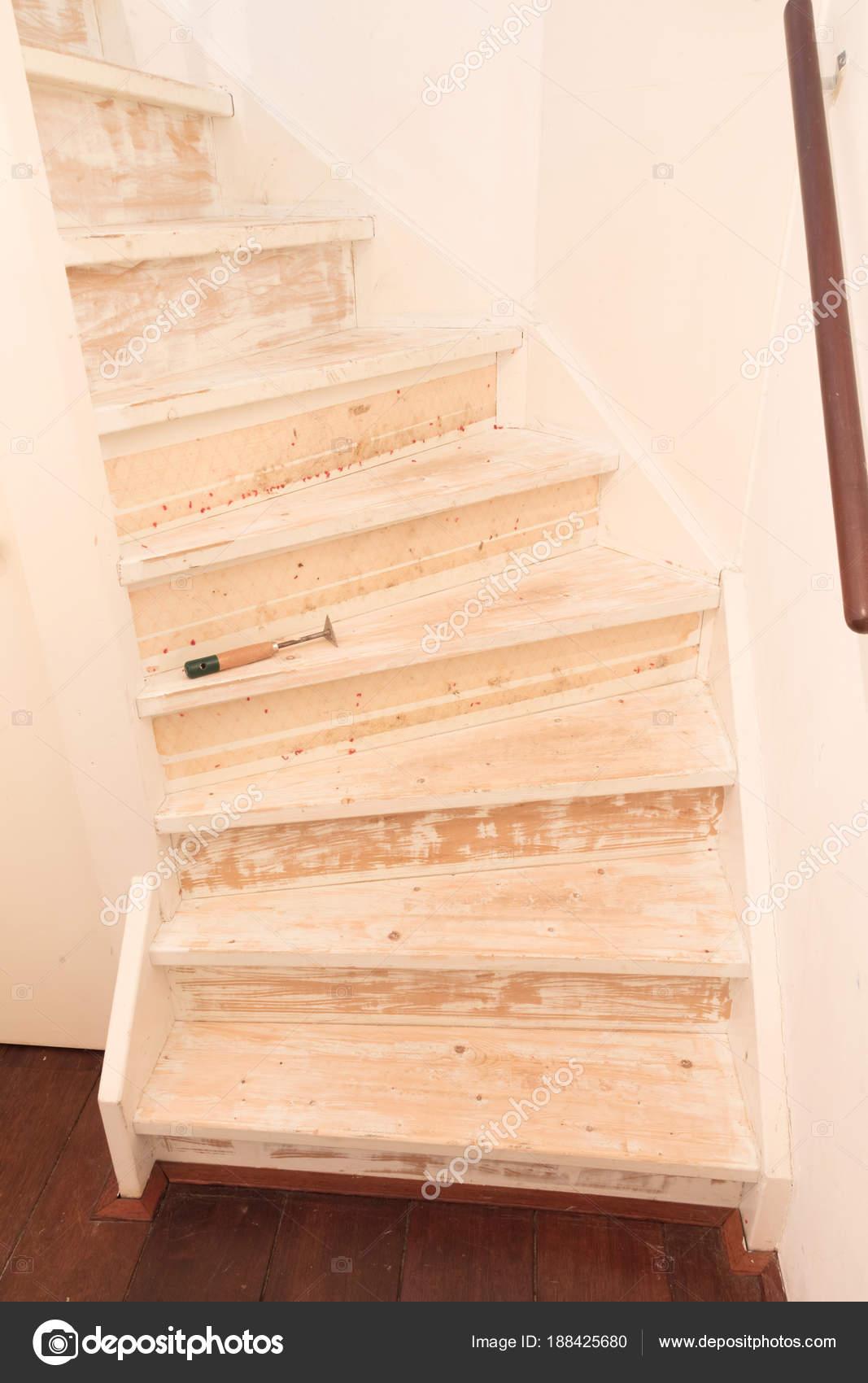 Ein Vintage Treppen Entfernen Teppich Leim Und Lack Stockfoto